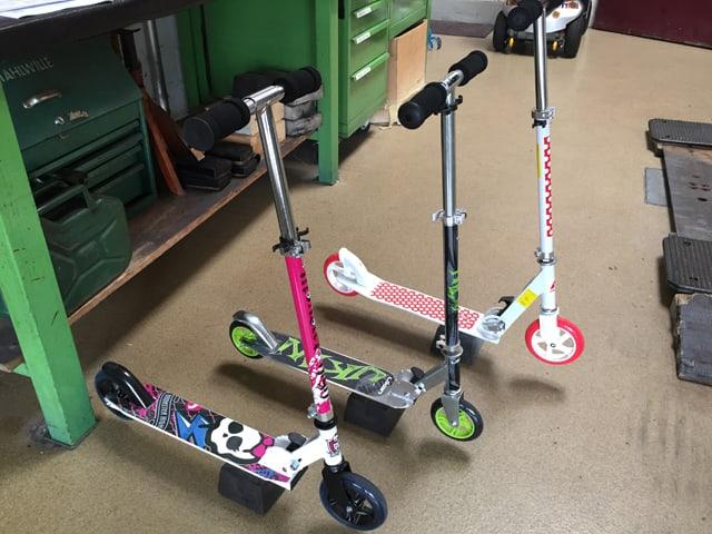 Drei Miniscooter nebeneinander aufgestellt.