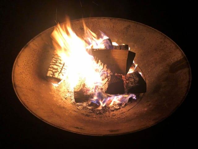 Feuerschale mit brennendem Feuer.