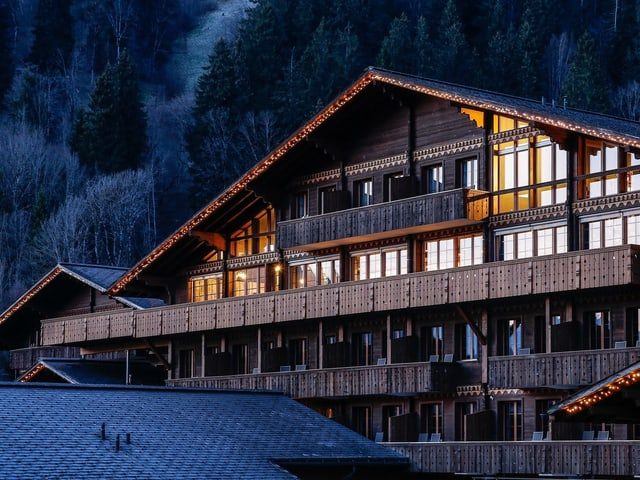 Das Hotel «Huus» oberhalb von Saanen von aussen.