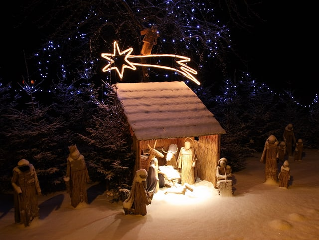 Die Geburt Jesu dargestellt in einem Stall als Modell.