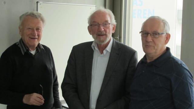 Drei Senioren blicken in die Kamera