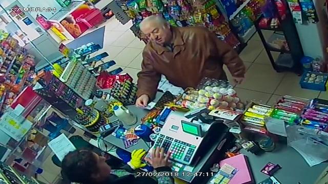 Eine Überwachungskamera zeigt Ex-Doppelagent Skripal wenige Tage vor dem Attentat in einem Shop in Salisbury.