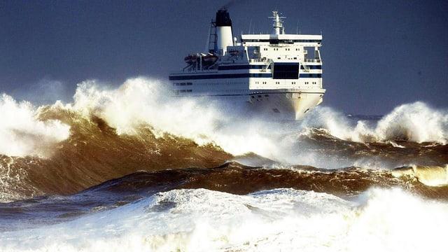Schiff bei hohem Wellengang.