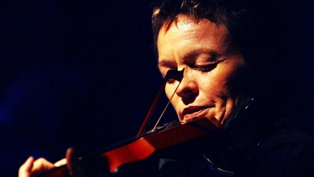 Laurie Anderson spielt Geige.