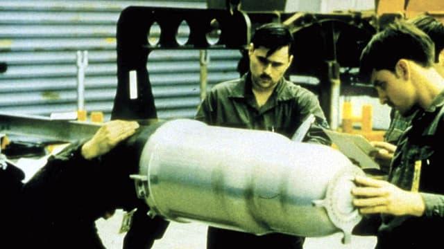 Techniker arbeiten an einem Sprengkopf