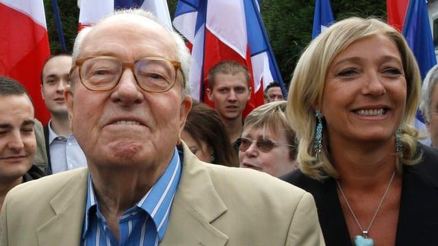 Jean-Marie und Marine Le Pen umgeben von Anhängern.