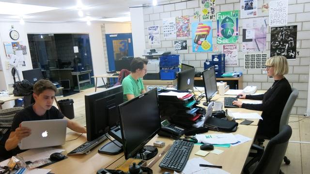 Drei Leute an Pulten in den 3FACH-Redaktionsräumlichkeiten am arbeiten