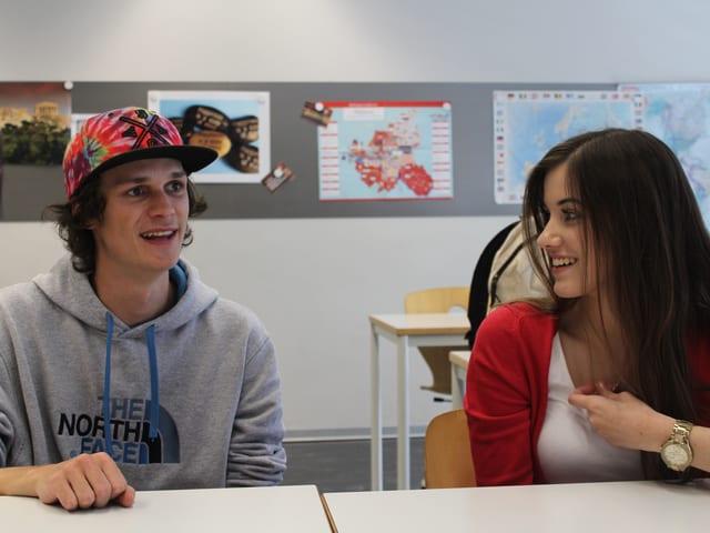 Die Wahlbeobachter im Klassenzimmer.