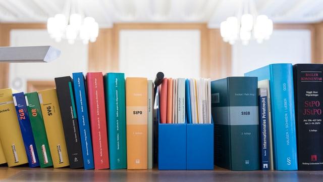 Gesetzbücher in einem Gerichtssaal