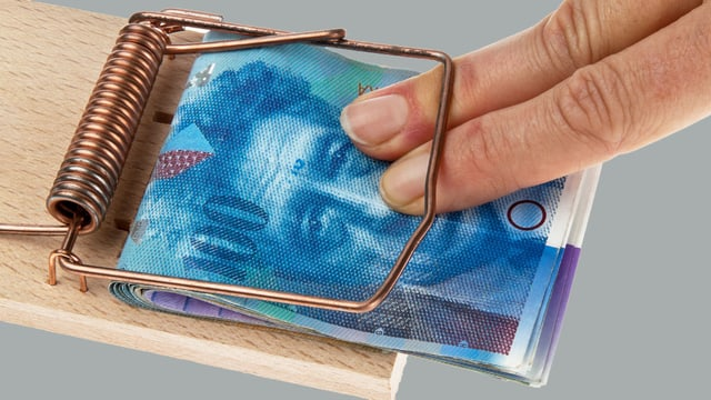 Jemand möchte Geld aus einer Mausefalle entfernen