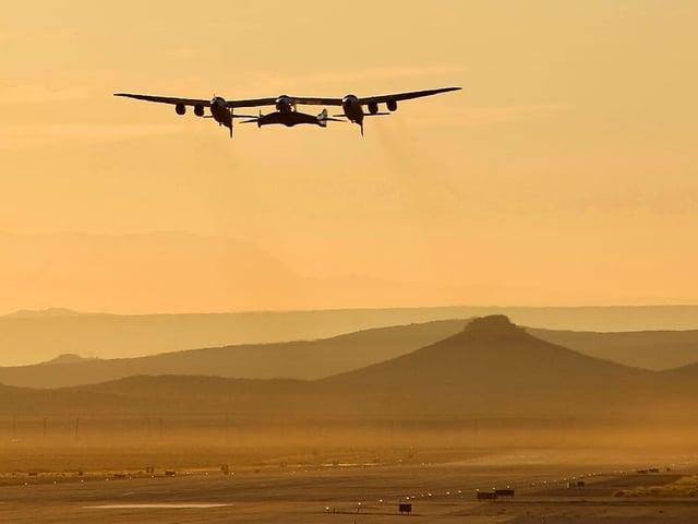 Flugzeug über der Wüste