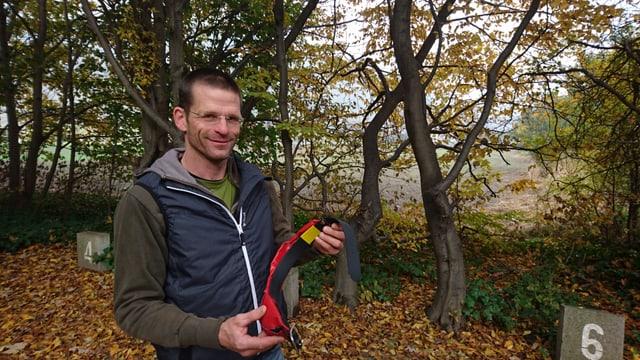 Jan Boner cun in emettur da GPS, duvrà per controllar il moviment dals chauns da protecziun.