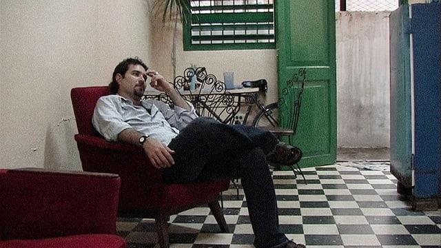 Der Kubaner Emilio, sitzend in einem Sessel in seiner Heimat Kuba.