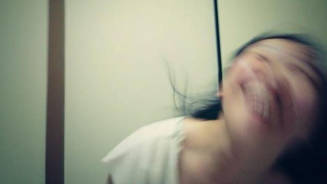Eine verwackelte Aufnahme einer jungen Japanerin.