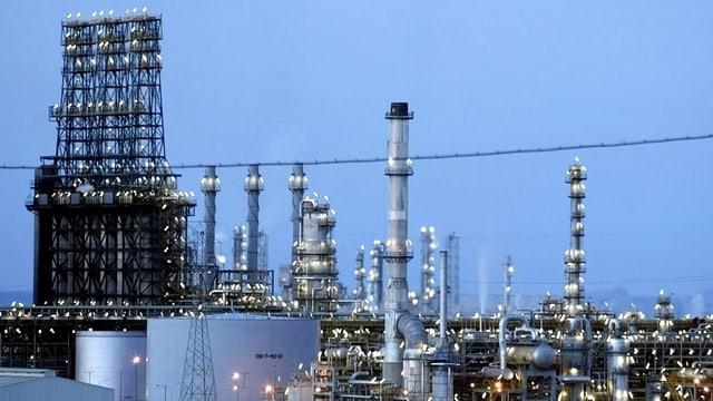 Türme einer Erdöl-Raffinerie in Venezuela