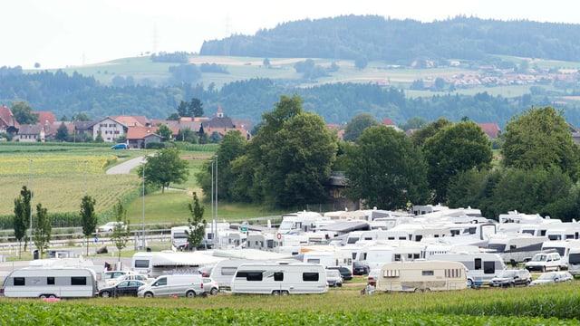 Wohnwagen auf Feld neben dem Autobahnrastplatz in Wileroltigen