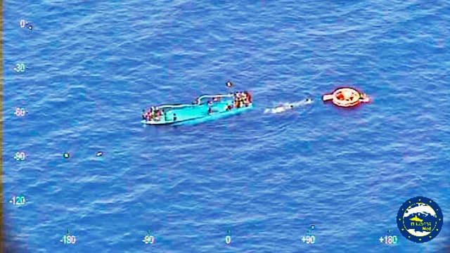 Gekentertes Flüchtlingsboot vor der Küste Libyens