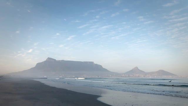 Sicht auf Tafelberg vom Strand aus