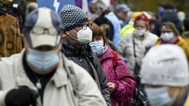 Menschen mit Masken in Finnland