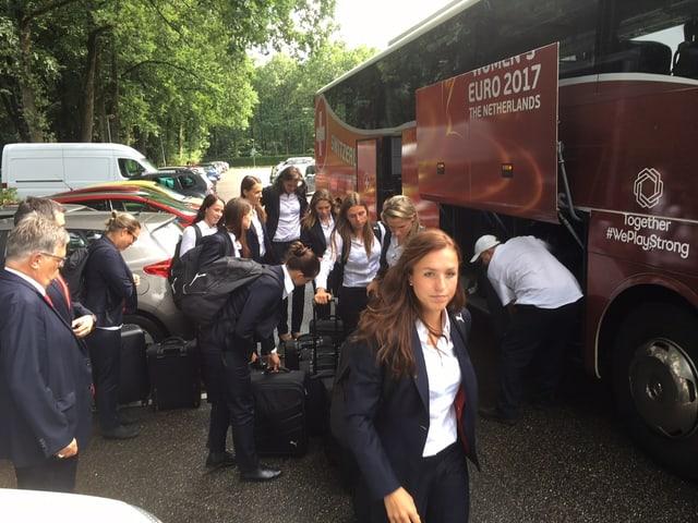 Der Teambus der Nati fährt vor dem Hotel vor.