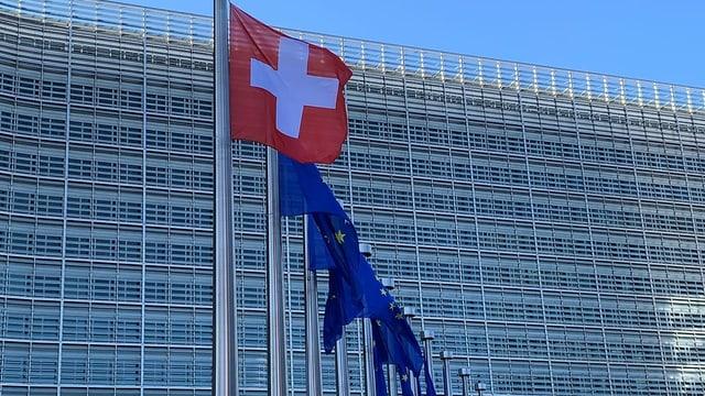 Die Schweizer Flagge vor dem Europagebäude in Brüssel.