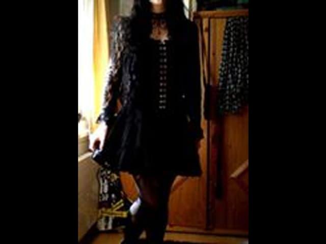 Connys Tochter in schwarzen Kleidern.