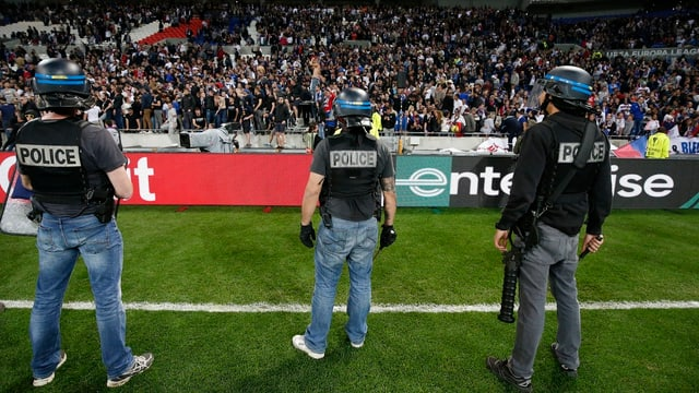 Polizisten vor Stadiontribüne