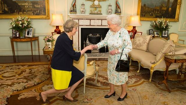 May macht Hofknicks vor der Queen.