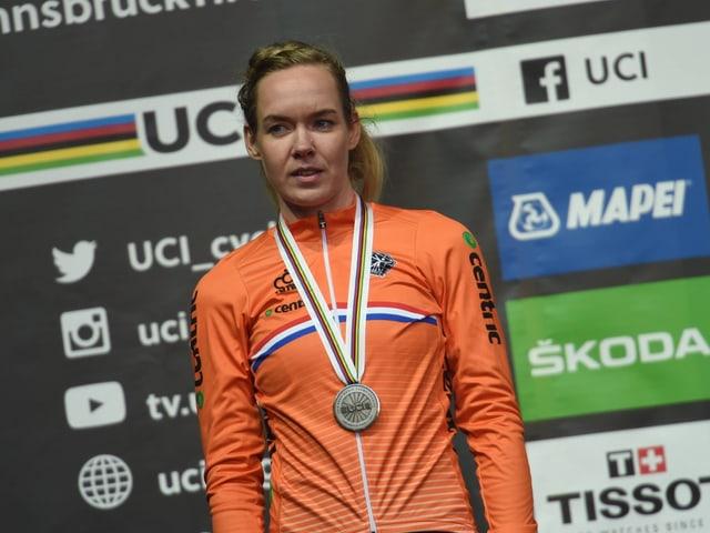 Anna van der Breggen mit der Silbermedaille im Zeitfahren.