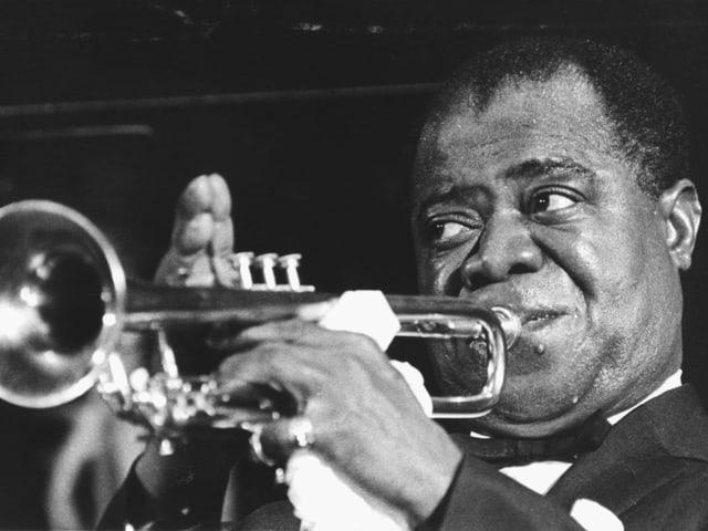 Nahaufnahme von Louis Armstrong, der Trompete spielt
