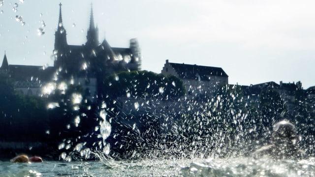 Badende Menschen im Rhein.