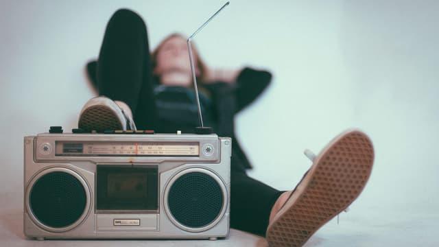Eine Frau hört entspannt Radio