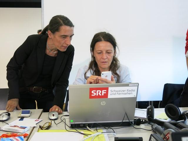 Die beiden Frauen am Computer.
