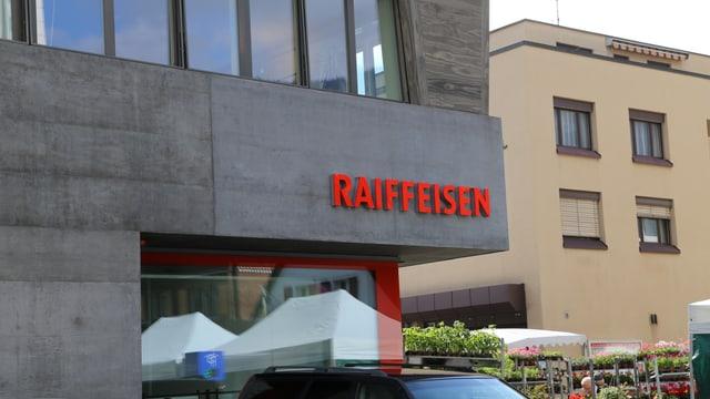 La Banca Raiffeisen Surselva a Glion.