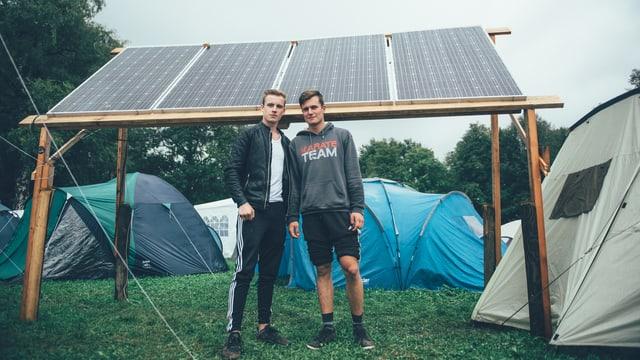 Leon, Tim und ihre Solaranlage.