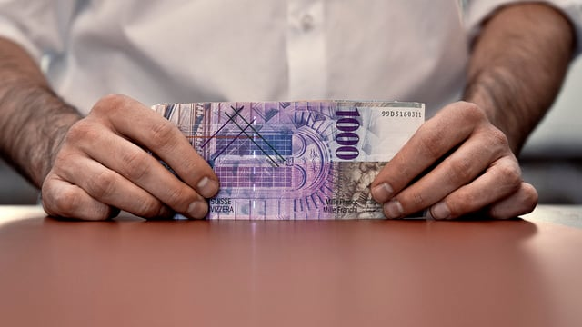 Mann mit Tausender-Note