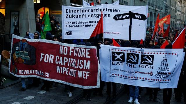 Demonstrants durant in marsch.