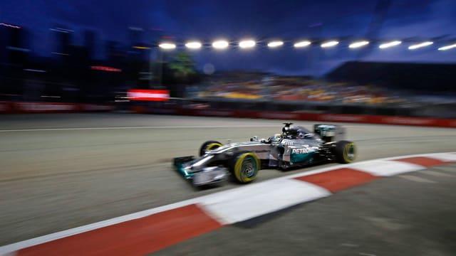 Lewis Hamiltons Bolide unter dem Singapurer Nachthimmel.