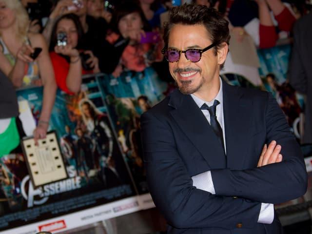 Schauspieler Robert Downey Jr. schaut nach links und lacht