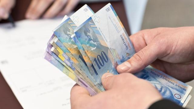 Hand mit Geld drin