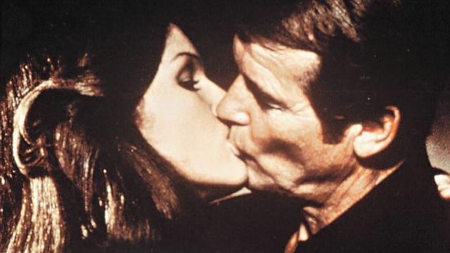 Eine Frau und ein Mann küssen sich innig.