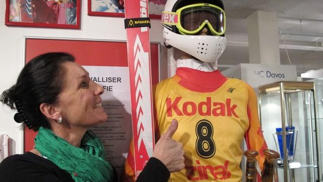 Maria Walliser steht neben einer Puppe in einem Skidress.
