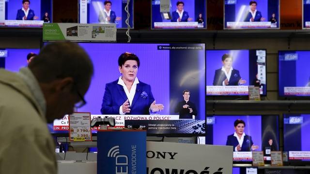 Die polnische Politikerin Beata Szydlo auf vielen Fernsehbildschirmen