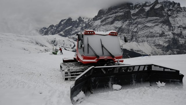 Pistenfahrzeug und Schneekanone