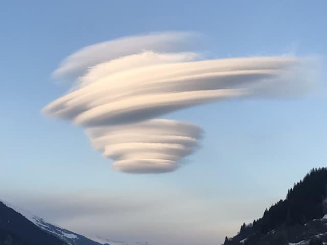 Eine Wolke wie eine Ufo.