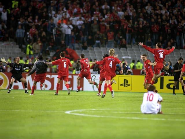 Die Liverpool-Spieler stürmen Richtung Goalie Jerzy Dudek, nachdem sie 2005 das Elfmeterschiessen gegen den AC Mailand gewonnen haben.