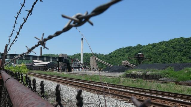 Fabrik hinter Maschendrahtzaun