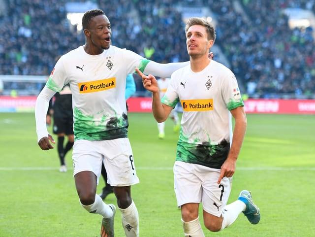 Denis Zakaria (links) und Patrick Herrmann freuen sich über das 3:0.