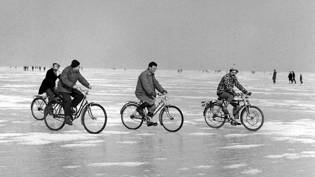 Altes Schwarzweiss-Bild von 4 Radfahrern auf dem zugefrorenen Bodensee.