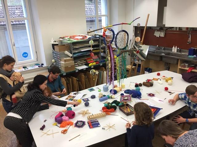 Kinder am Tisch mit Zeichnungen